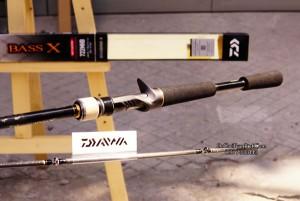 Cần câu lure máy đứng ngang Daiwa Bass X